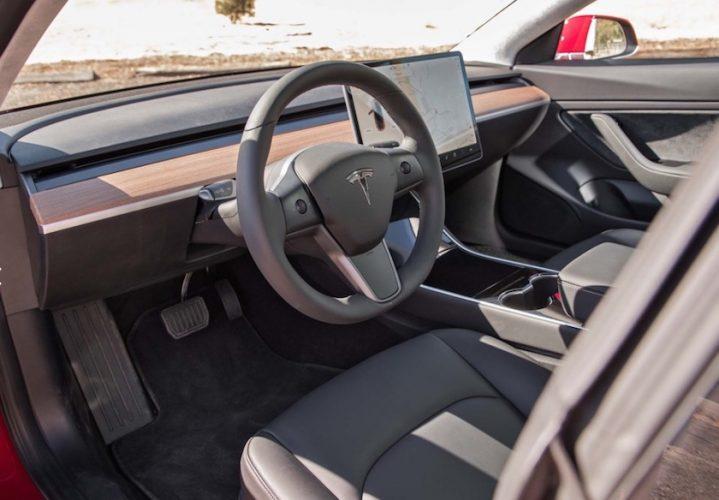 Tesla model 3 review door motortrend de revolutie is for Interieur tesla